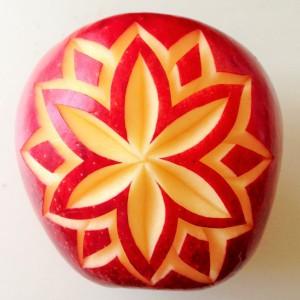 フルーツカービングの体験レッスンでは、りんごに模様を彫ります。初心者さんでも出来ます。お手軽なリンゴカービングをお試しください。