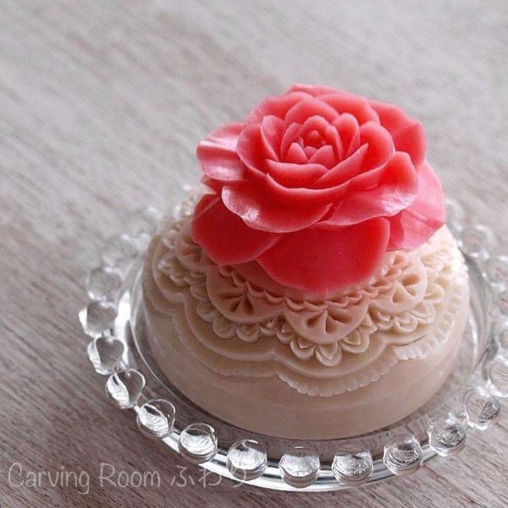 ソープカービングの作品 レリーフ彫りの上に薔薇の花をアレンジ