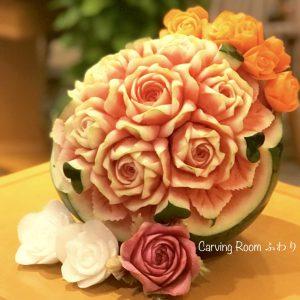 スイカに薔薇を彫ったオーダーフルーツカービング。周りはニンジンや大根の薔薇カービング