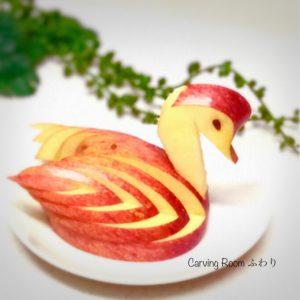 りんごでスワンを彫る飾り切りカービング
