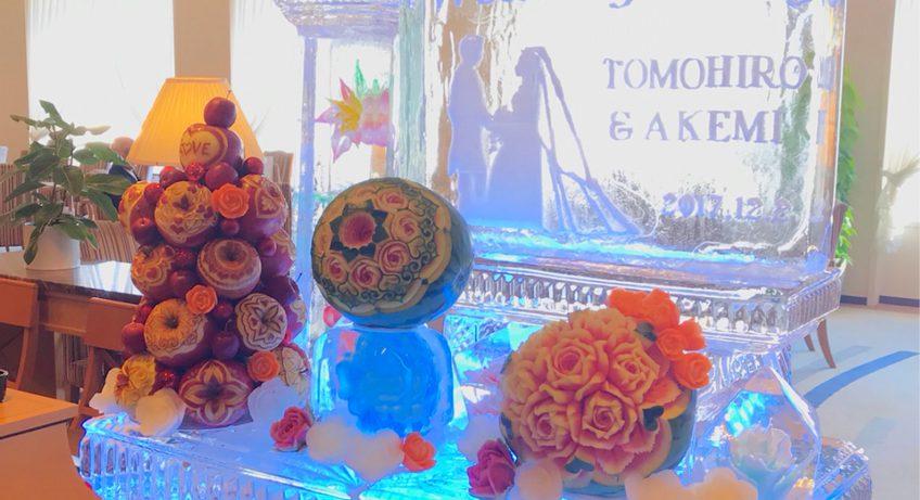 ウェルカムコーナーをリンゴタワーやスイカカービングや氷彫刻と共にディスプレイ インスタ映えした装飾には写真撮影の順番待ちができる