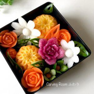 カラフル野菜で様々な花を彫り、お弁当にするベジタブルカービング