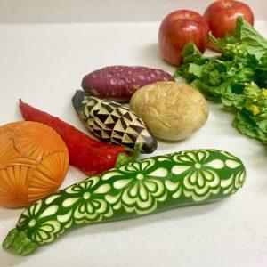 ズッキーニ、柿、カラーピーマン、ナス、ジャガイモ、サツマイモ、たくさんの種類の野菜をベジタブルカービング