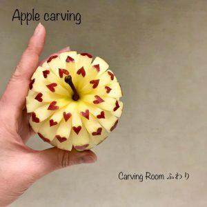 りんごの全面にハートをカービングしたフルーツカービング