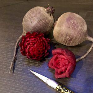 真っ赤なビーツでお花を彫るベジタブルカービン