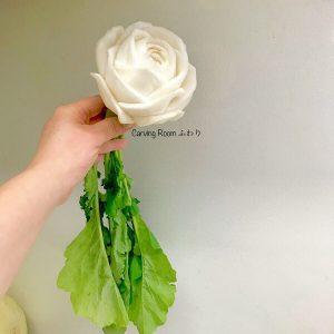 大きなカブにリアルな薔薇の花をベジタブルカービング