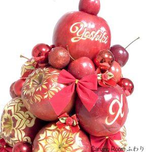 りんごに模様をカービングして、タワーにします