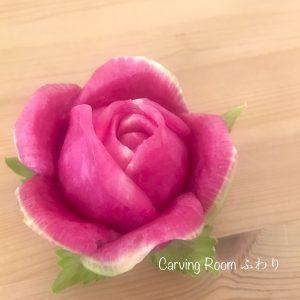 紅芯大根でくるりバラを彫ったベジタブルカービング