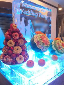 ウェディングをスイカカービングとリンゴタワーと氷彫刻で演出したウェルカムコーナー