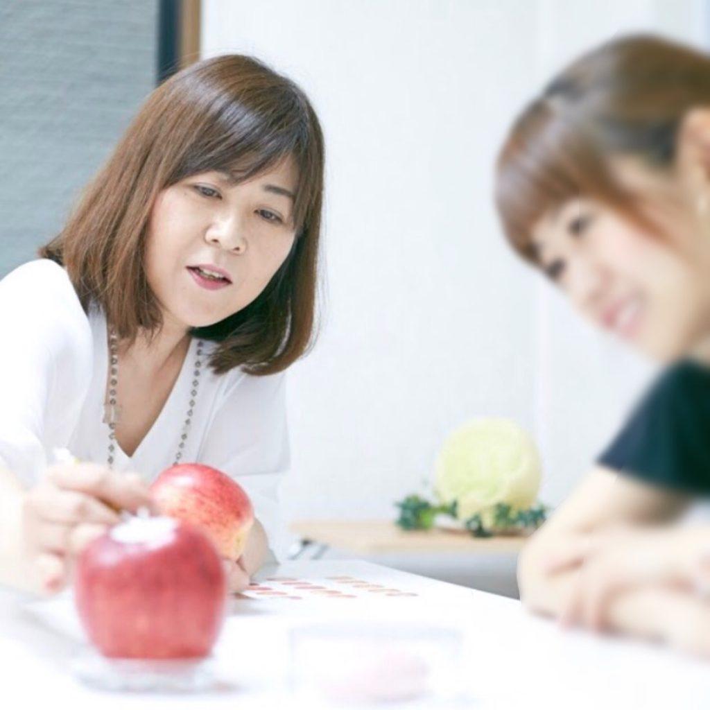 東京のマンツーマンカービング教室でフルーツカービングを二宮真由美がレッスン